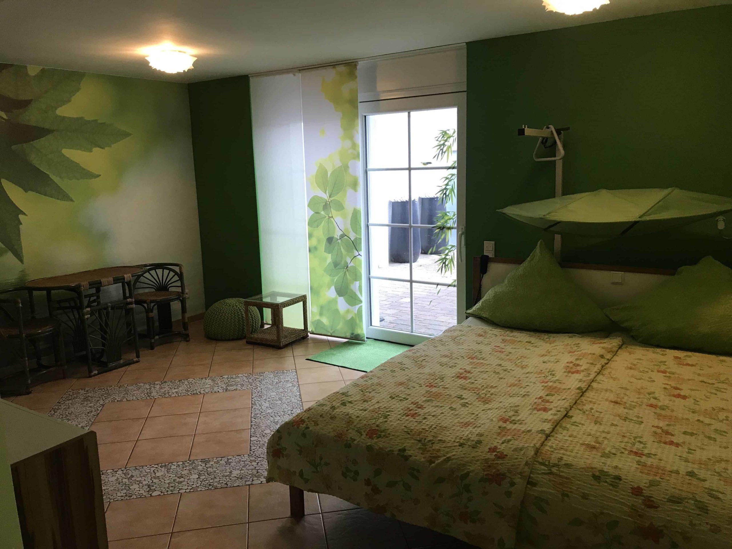 habitación accesible y con tonos verdes