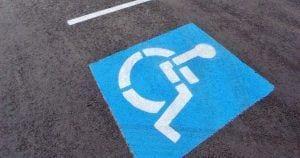 Plaza de aparcamiento reservada para personas con movilidad reducida