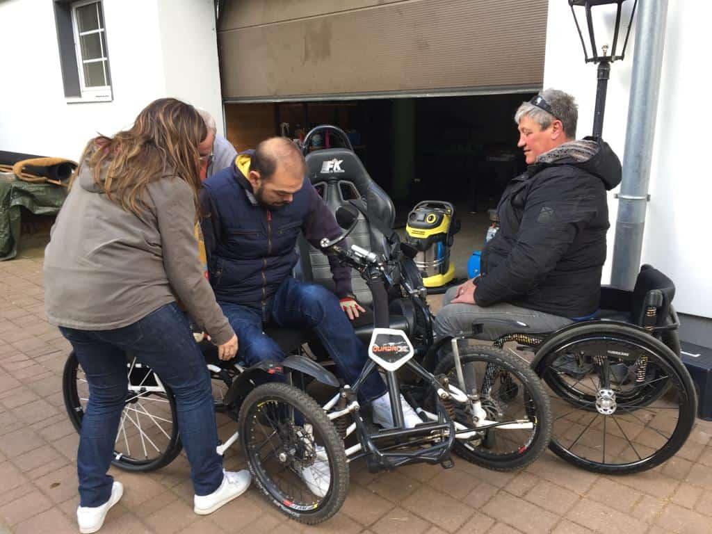 Momento que un usuario de silla se transfiere al Quadrix, una silla de 4 ruedas