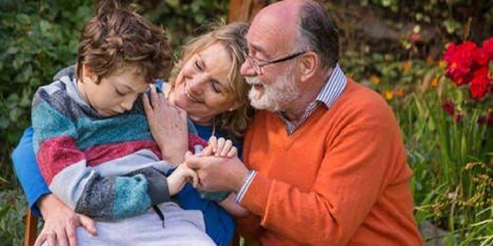 Abuelos con niño con discapacidad