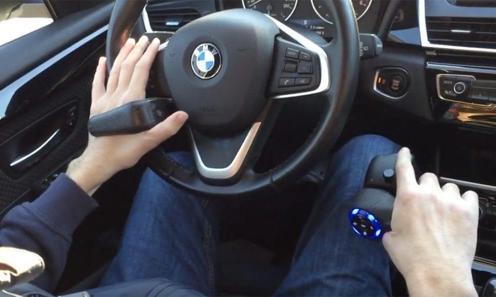 Volante y manos en mandos adaptados