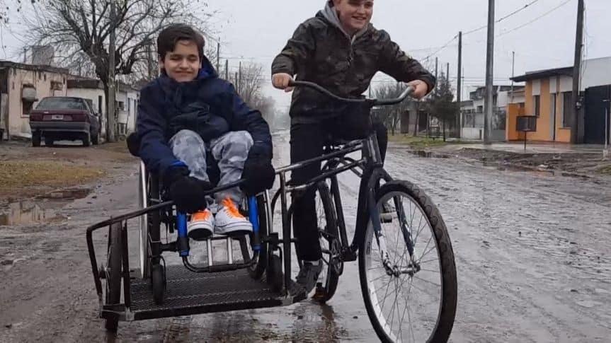 Ambos primos en la bicicleta y sidecar