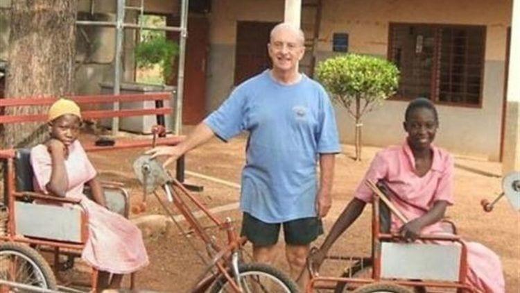 Trevor Robinson con niños y triciclos