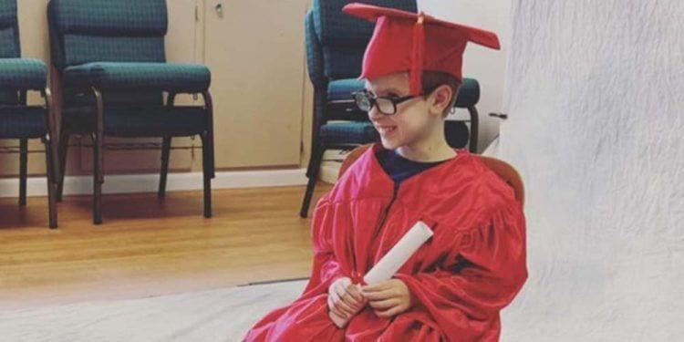 Un niño camina por primera vez durante su acto de graduación