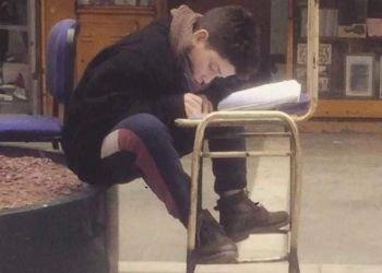 Un niño estudia en la calle a 4 grados y saca un 9,5