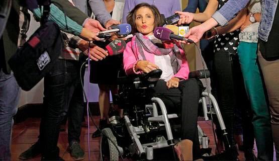 Virginia Felipe ante los medios de comunicación en las primarias a senadora.