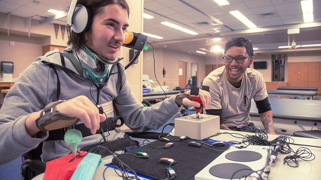 Jugador jugando a la Xbox con un mando adaptado