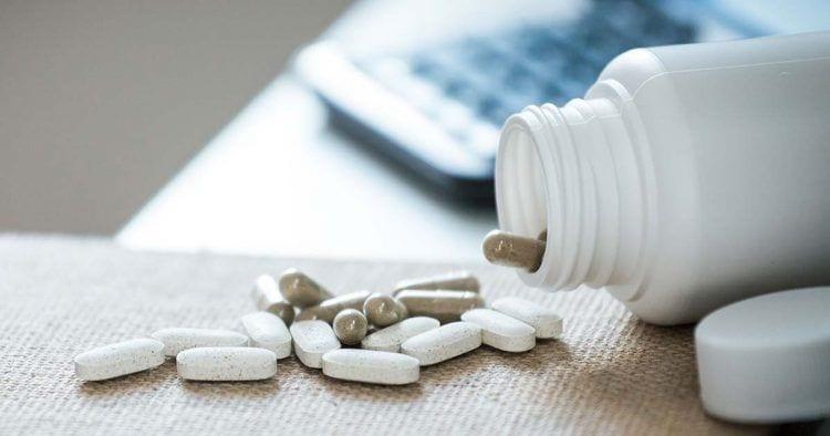 Frasco de pastillas derramadas