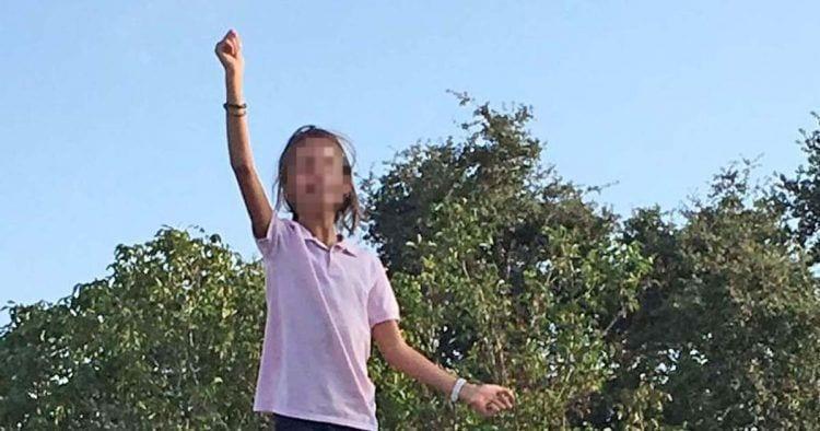 Inés, de 11 años, ha sido expulsada de su campamento