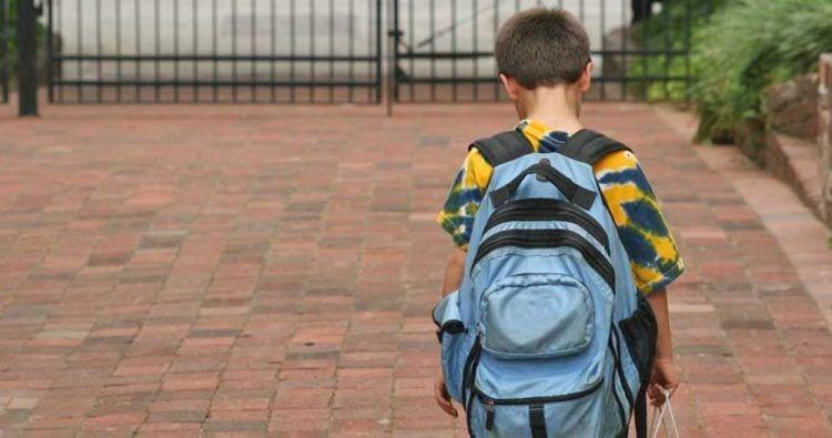 Niño discriminado y expulsado del colegio