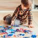 Niño jugando puzle