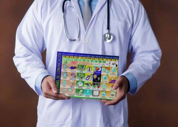 Medico con panel de comunicación