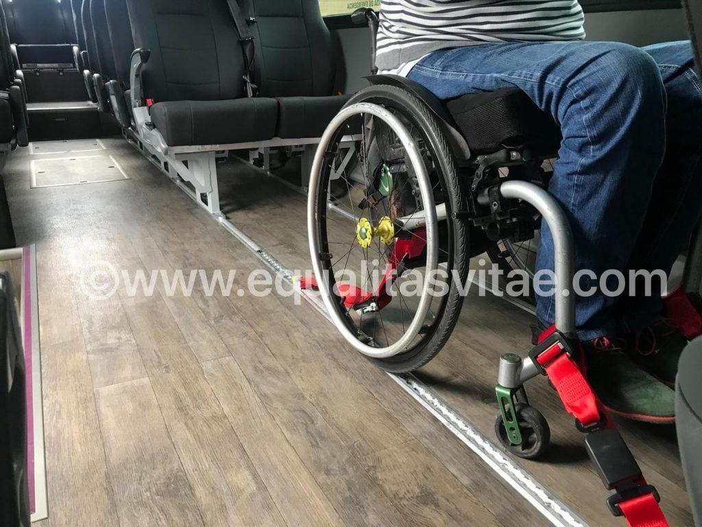 Silla de ruedas anclada autobus