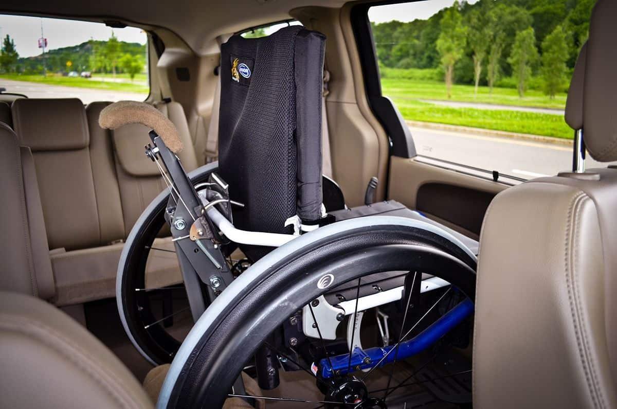 Grúa y silla en el interior del coche