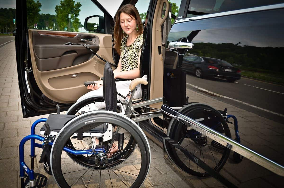 Grúa subiendo silla de ruedas