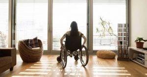 Mujer en silla de ruedas de espaldas