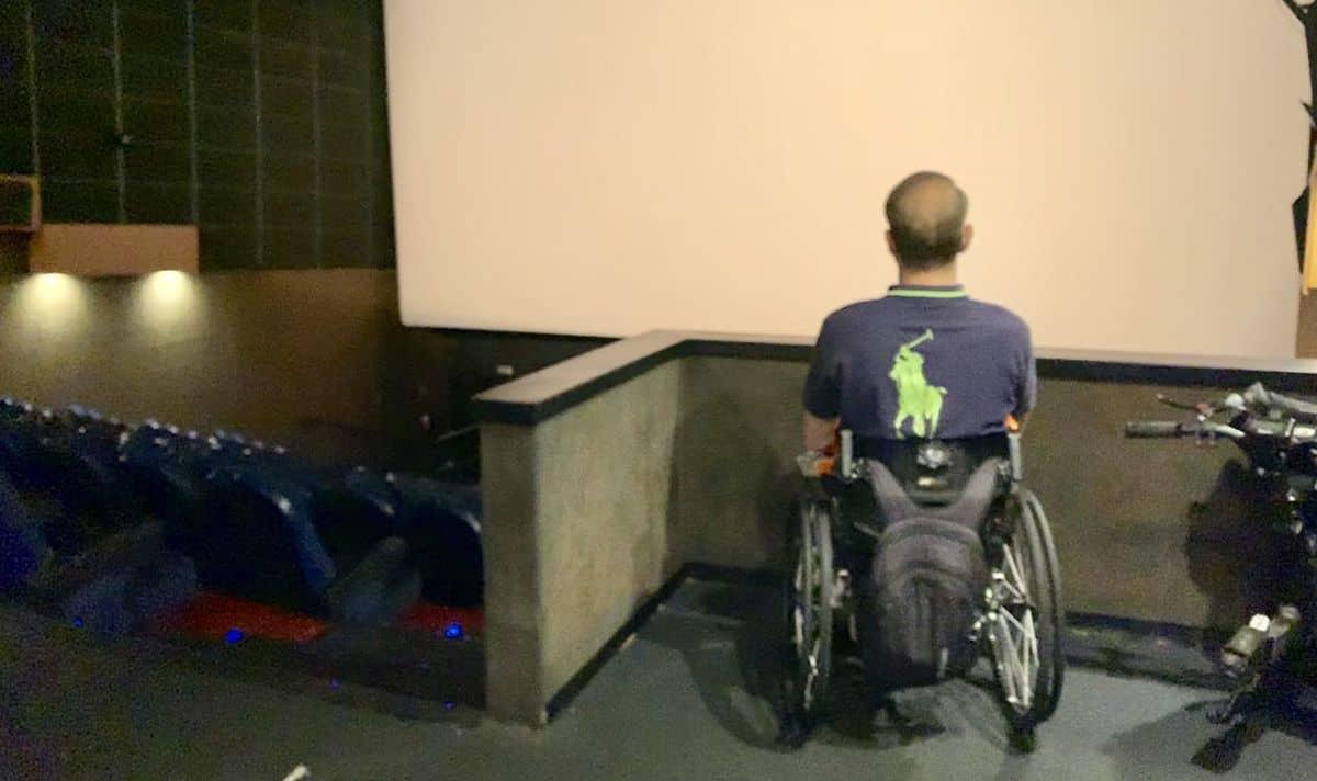 usuario de silla de ruedas en zona reservada para pmr en cines