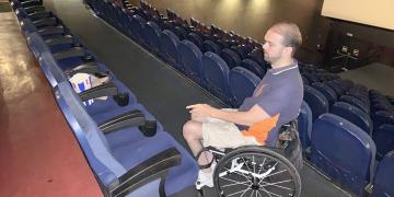 Usuario de silla en mitad de la sala