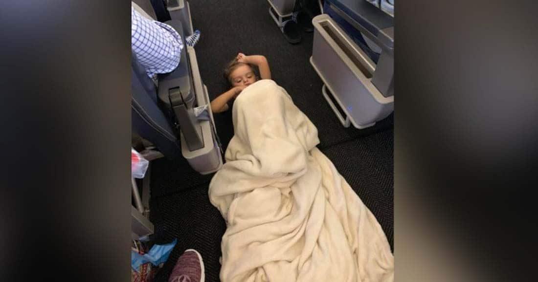 Braysen tirado en el suelo del avión con una manta