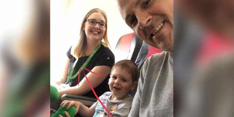 Foto de Kim Barker y su familia en un avión   Facebook de Kim Barker