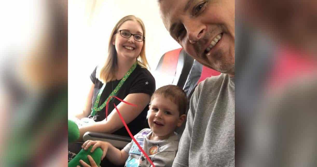 Foto de Kim Barker y su familia en un avión | Facebook de Kim Barker