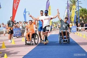 Jose Manuel Candon Ballestero junto a dos usuarios de silla de ruedas