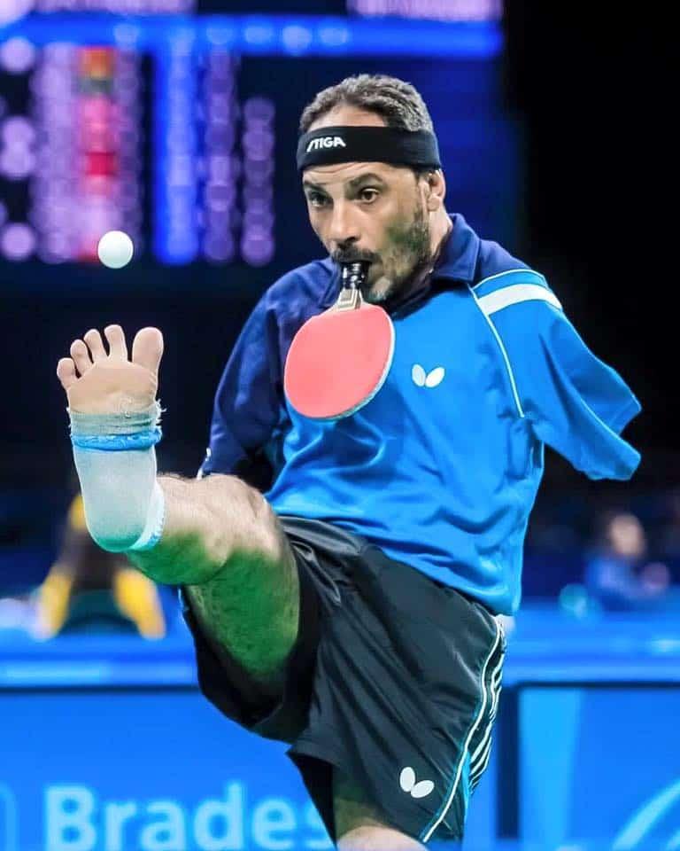 Jugador tenis de mesa sin brazos