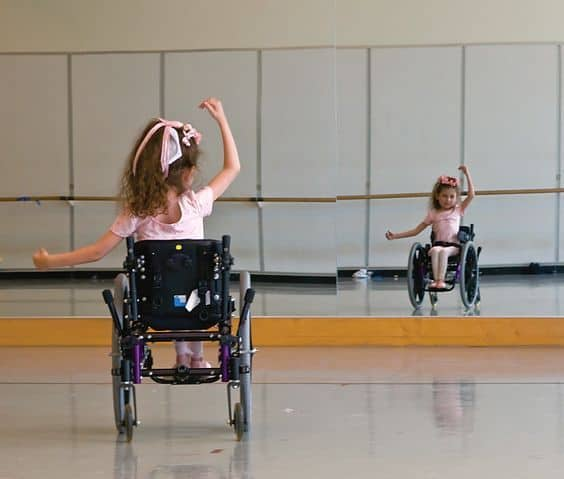 Niña en silla de ruedas haciendo ballet