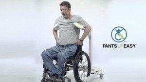 Hombre subiéndose el pantalón desde la silla de ruedas con un aparato que te sujeta las axilas para auparte