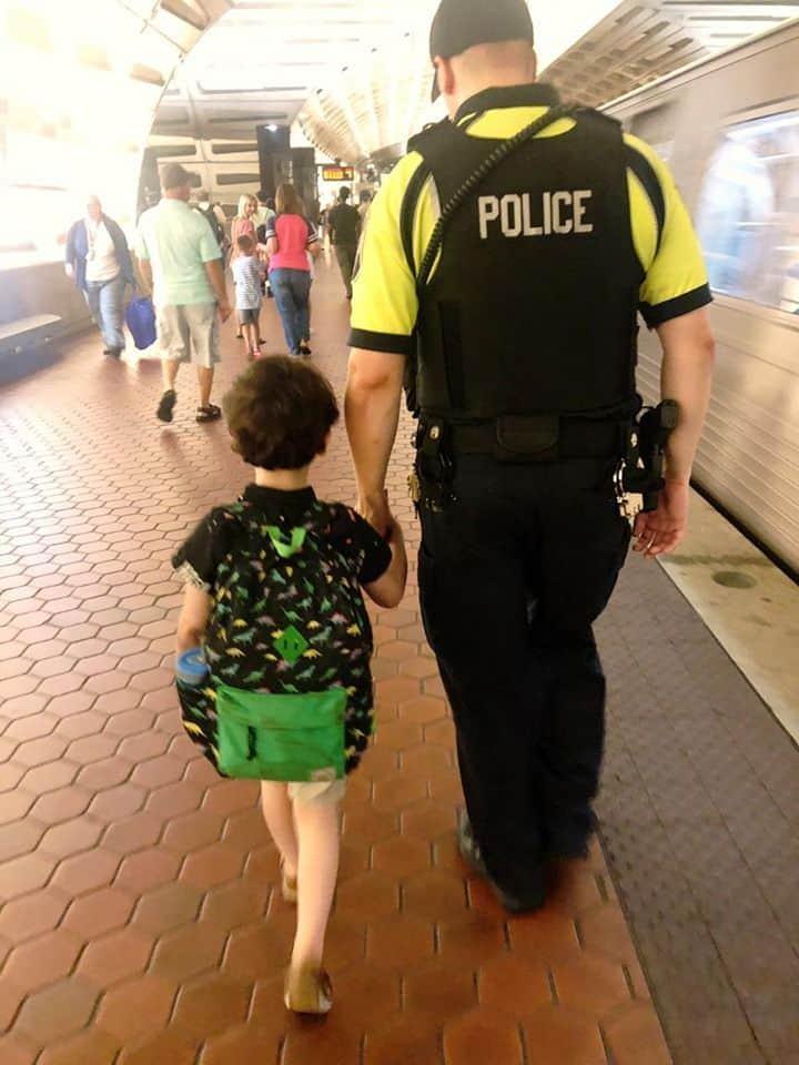 Policia y niño con autismo - grande