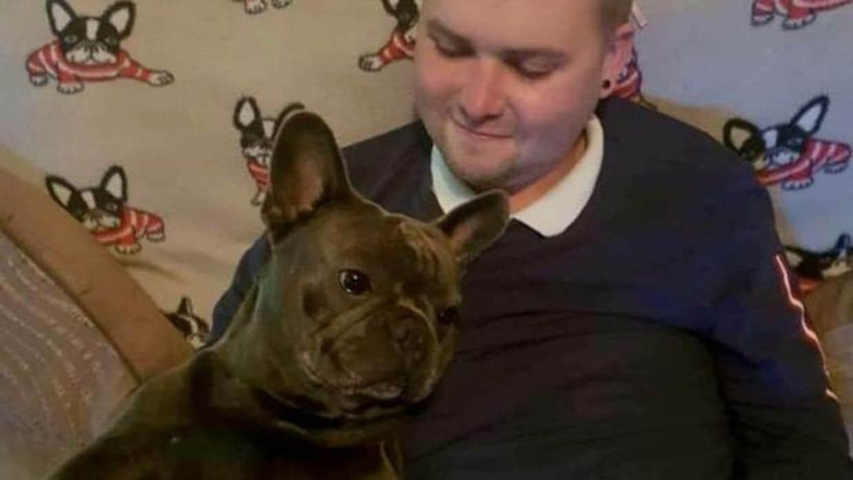 Stuart Hutchison junto a su perro, Nero