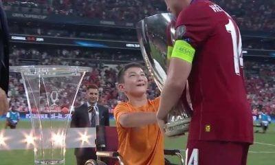 Un niño en silla de ruedas entrega la Supercopa al Liverpool