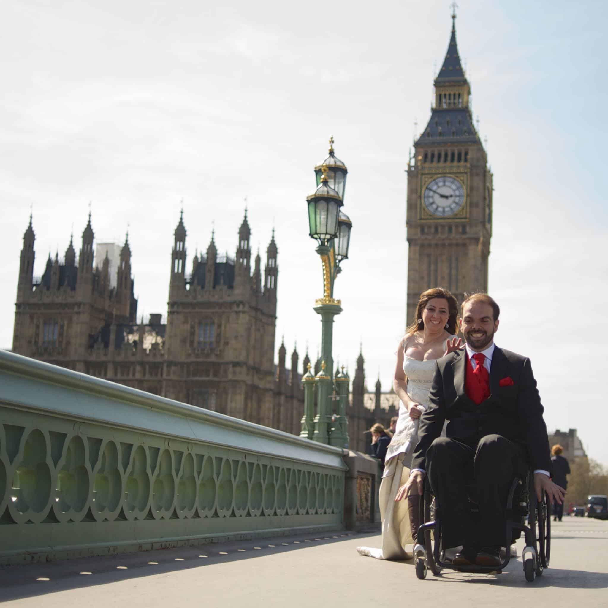 Usuario de silla y su mujer vestidos de novios por Londres