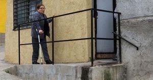 Carmen entrando en su casa gracias a la rampa que ella misma construyó