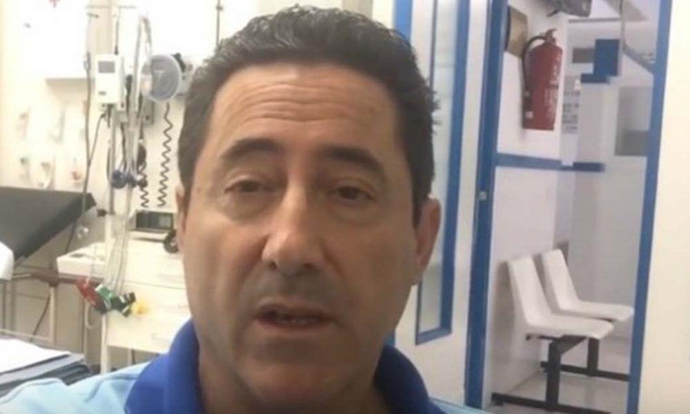 El médico Ángel López durante un momento de la guardia