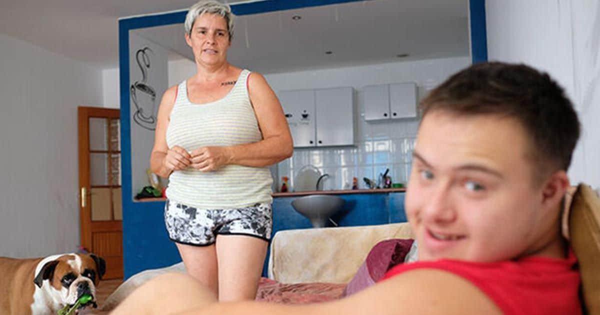 Alberto posando junto a su madre