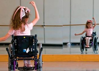 niña en silla de ruedas bailando ballet