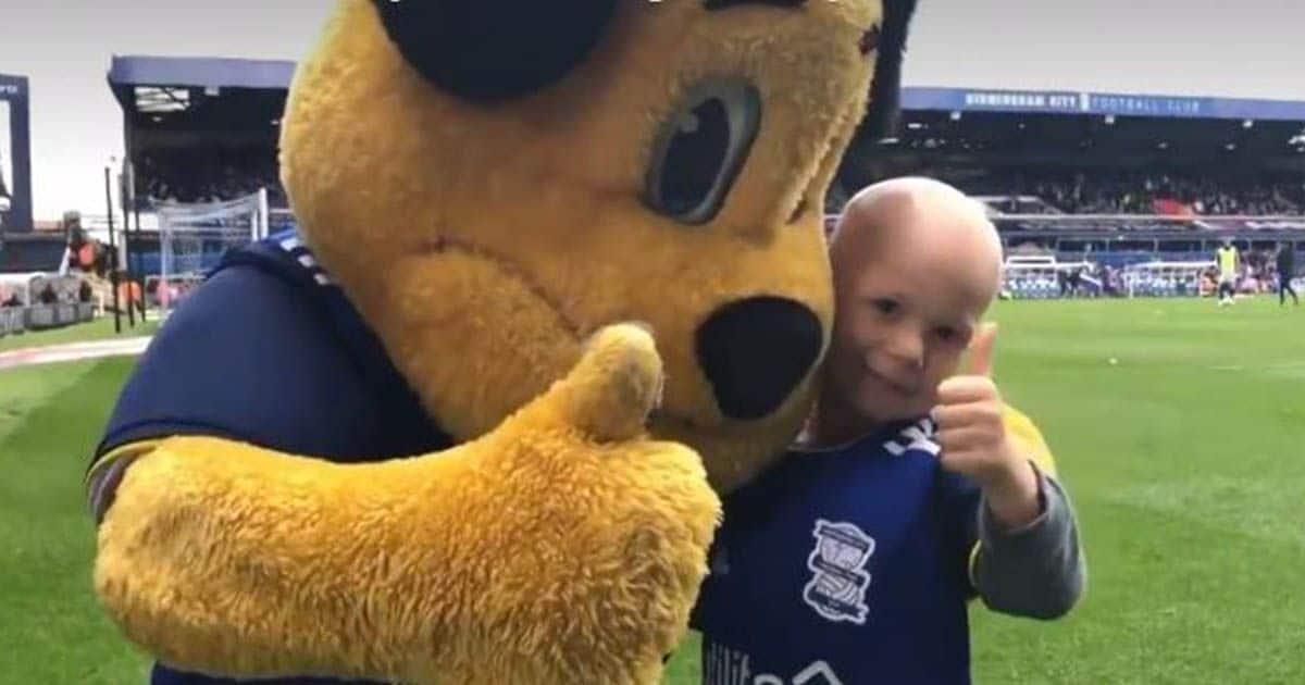 Bobby abrazado a la mascota del equipo