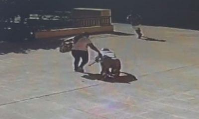 Uno de los delincuentes robando a un anciano en mitad de la calle