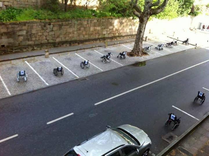sillas de ruedas aparcadas en plazas de aparcamientos generales.