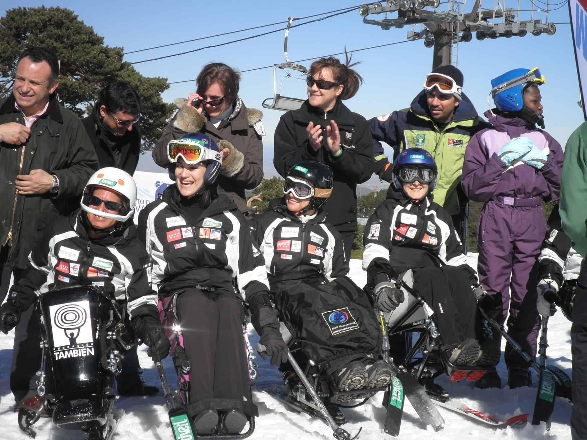Blanca junto a esquiadores con discapacidad