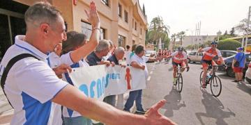 Miembros de AFANAS Jerez reciben a los ciclistas de Edrington