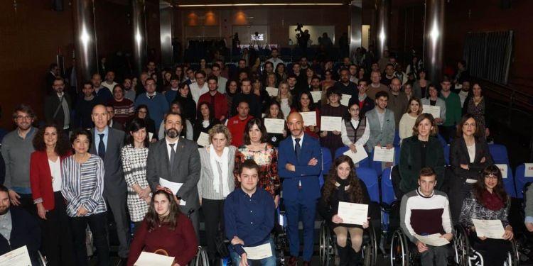 Foto familia con universitarios con discapacidad