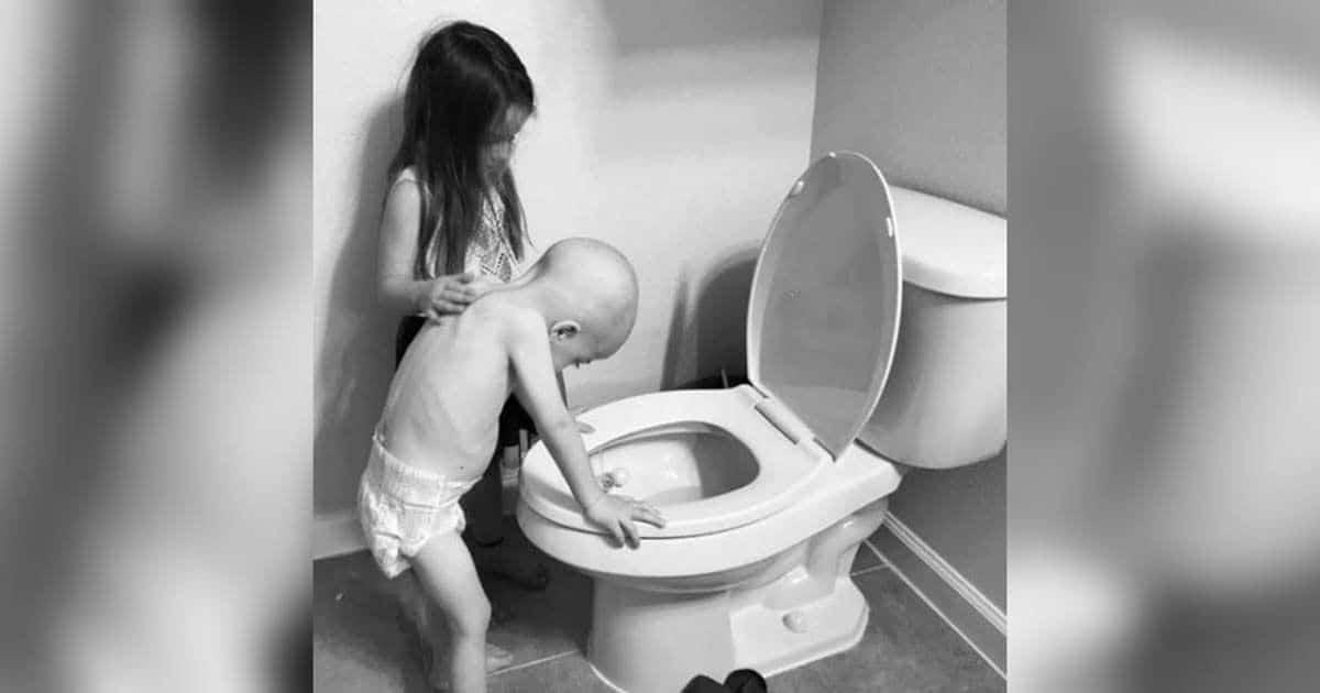 Beckkett Burge, la pequeña que sufre leucemia, junto a su hermana   Fotografía: Beckett Strong