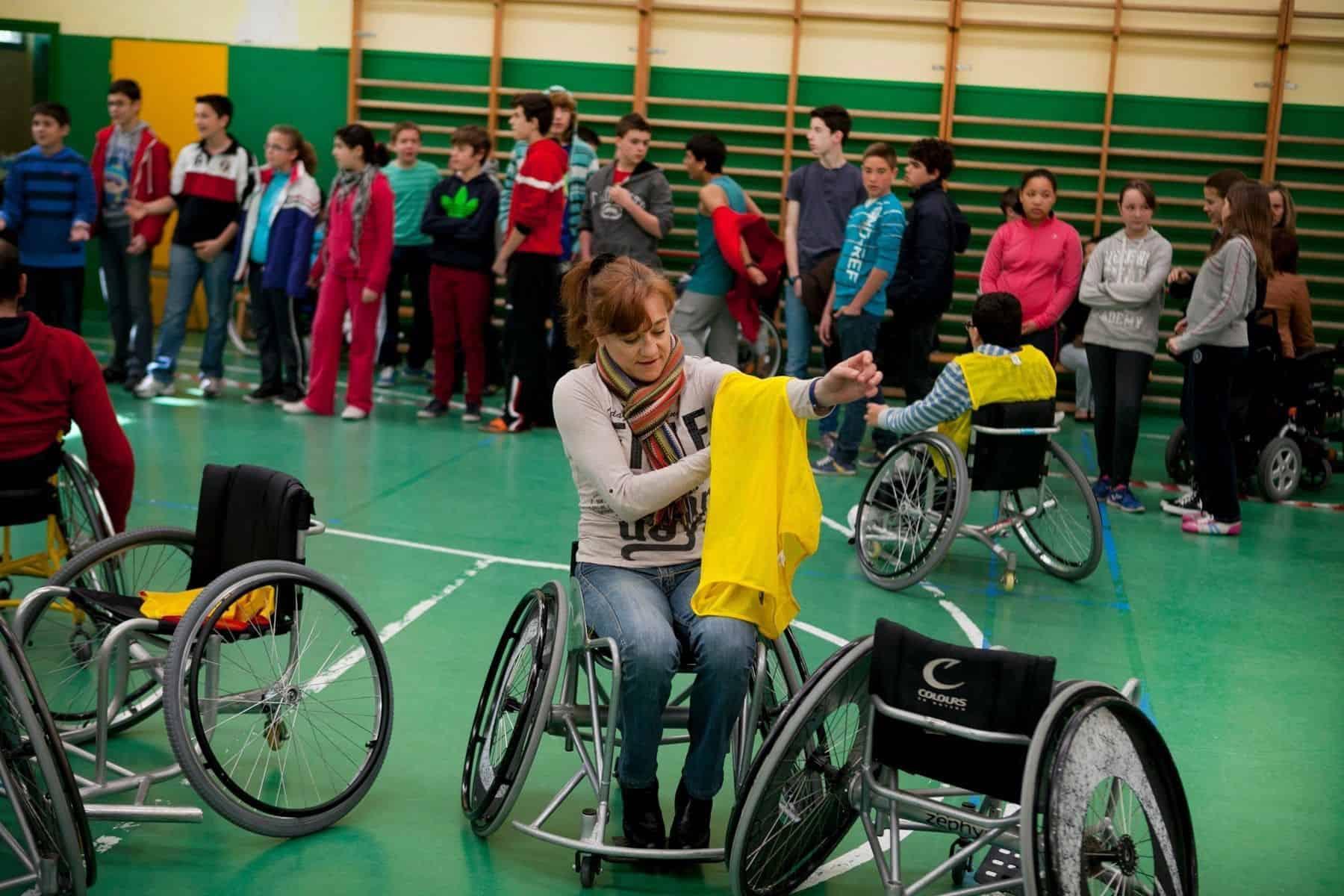 Blanca en una silla de ruedas de baloncesto | Fund También