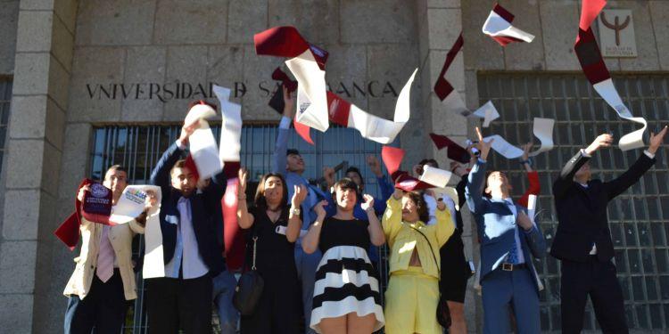 Alumnos celebrando la graduación