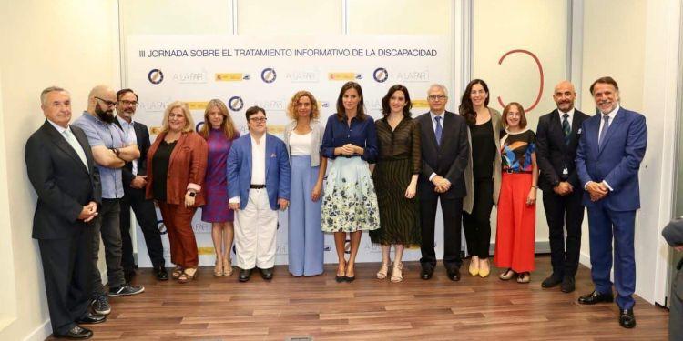 SS.MM la Reina Leticia junto a diferentes representantes de la comunidad de la discapacidad