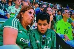 Madre relatando a su hijo el partido