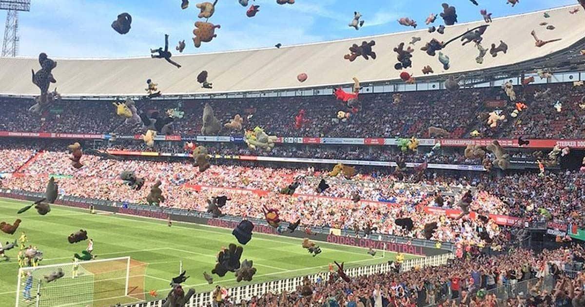 Lluvia de peluches en un partido de fútbol