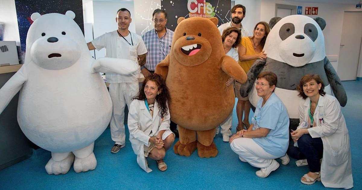 Los osos solidarios visitan a los pequeños con cáncer infantil en la Unida CRIS de Investigación y Terapias Avanzadas